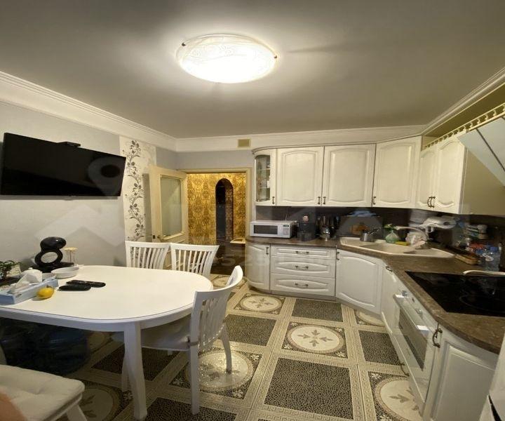 Продам 2-комнатную квартиру в развитом районе по доступной цене.